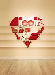 Articoli di colore rosso che formano un cuore
