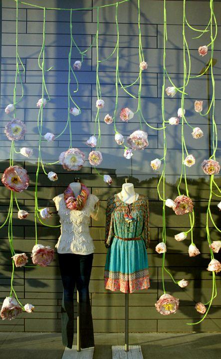 Vetrine di primavera con fiori di carta