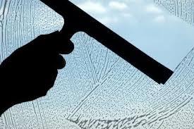 Pulizia del negozio - pulire i vetri