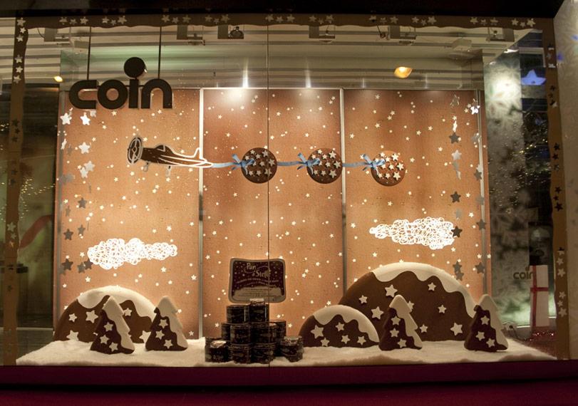 Originale la vetrina di Natale Coin che propone i popolari biscotti con le stelle