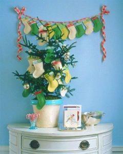 albero di natale con calze della befana