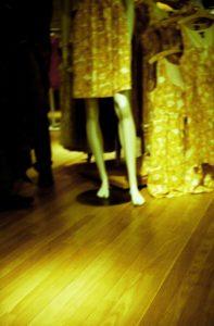 Negozio di abbigliamento - giallo e marrone